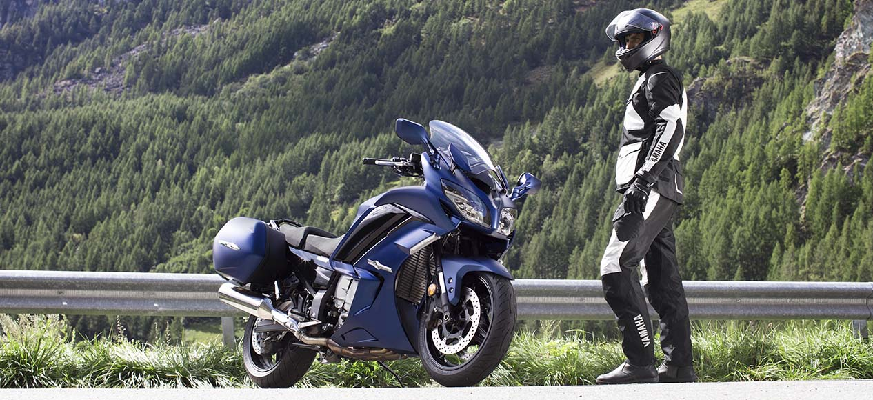 yamaha and rider - motorcycle touring etiquette